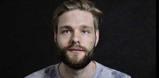 """Video: """"Láska je vzájemná náklonnost obou osob,"""" říká finalista Gaymana Lukáš Krajčo"""