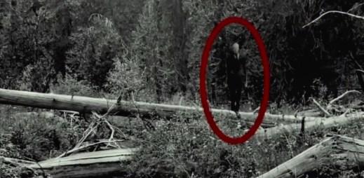 "Nový trailer k filmu ""Slender Man"": Záhadná postava pronásleduje teenagery v chystaném hororu"