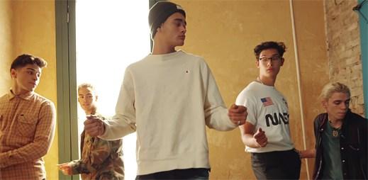 """Kluci ze skupiny PRETTYMUCH předvádí své taneční dovednosti v klipu """"Summer On You"""""""