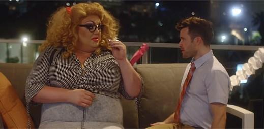 """Gay zpěvák Brandon Stansell pomáhá rozpoznat vlastní krásu v klipu """"For You"""""""