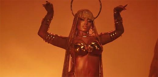 """Nicki Minaj chystá pomstu v klipu """"Ganja Burns"""", když ji zrazuje blízký přítel"""