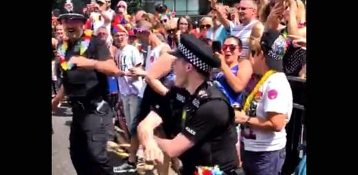 Gay Pride v Anglii: Tito dva policisté se totálně odvázali. Začali tančit a málem odhodili i uniformu