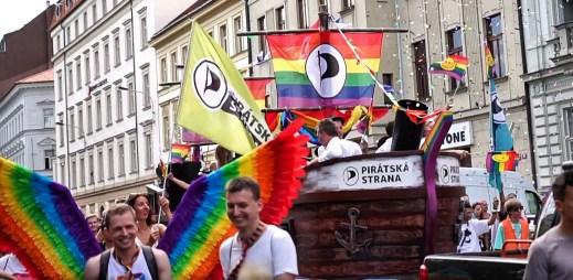 Piráti natočili vlastní video z průvodu Prague Pride 2018. Podívejte se, jak vypadala plavba pirátské lodi