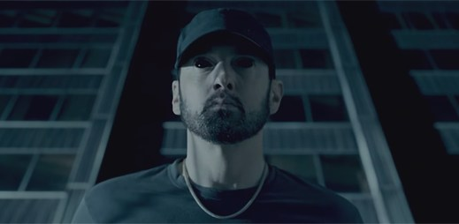 """Eminem používá homofobní nadávky jako posedlý démonem v klipu """"Fall"""""""
