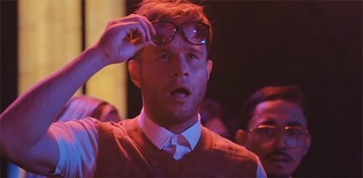 """Olly Murs jako nerd to rozjíždí s Johnny Englishem ve funky klipu """"Moves"""""""