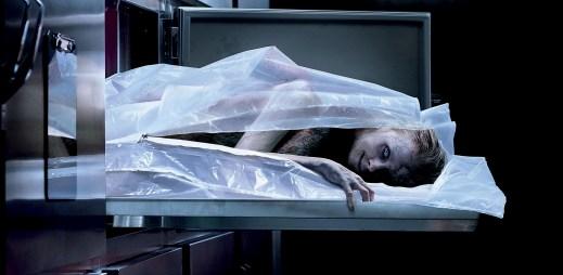 """Nový trailer k filmu """"Ve spárech ďábla"""": Z noční směny na pitevně se stane nemilostný boj o život"""