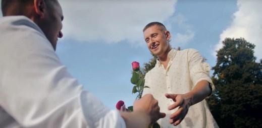 Video: Gay žádost o ruku v Polsku? Žádný problém!
