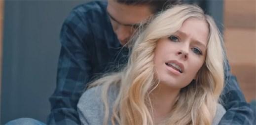 """Avril Lavigne zachycuje špatnou zkušenost s jedním klukem v klipu """"Tell Me It's Over"""""""