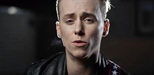 """Miláček gayů Vojtěch Drahokoupil natočil nový videoklip """"Tady mě máš"""""""