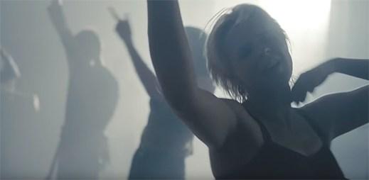 """Robyn vášnivě prožívá hudbu s gayi v klipu """"Honey"""""""