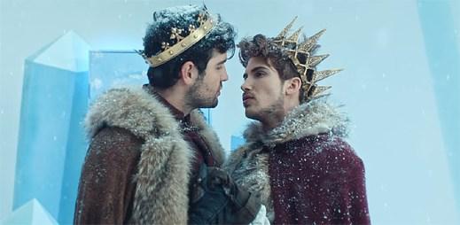 """Gay zpěvák Joey Graceffa po boji s obrovským hadem potkává vysněného prince v klipu """"KINGDOM"""""""