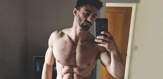 Instagram: 11 sexy fotek fitness modela Chrise Robertse s pořádnými břišáky. Myslíte, že je gay?