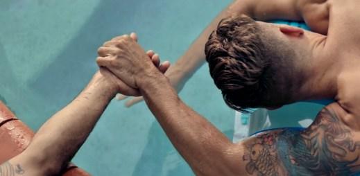 Gay reklama: Australská banka vyzývá gaye, aby se drželi za ruce! Držte se pevně toho, koho milujete a kdo miluje vás