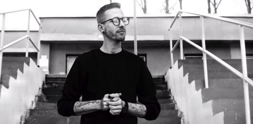 """Písničkář Pekař natočil nový videoklip """"Republika"""". Nezáleží na barvě pleti, zaznívá v písničce"""