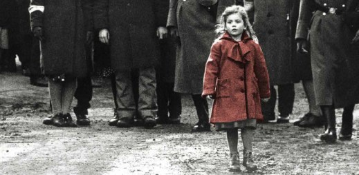 """Slavný film """"Schindlerův seznam"""" se vrací do kin. Znovu se ocitáme v době, kdy je potřeba o té strašlivé historii mluvit, říká Spielberg"""