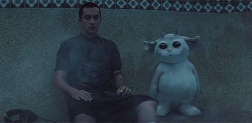 """Twenty One Pilots se seznamují se záhadně roztomilým tvorem v klipu """"Chlorine"""""""