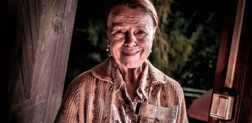 """Nový trailer k filmu """"Teroristka"""": Učitelka v důchodu Iva Janžurová si sežene zbraň a namíří ji proti zlu"""