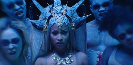 "Královna rapu Nicki Minaj je obklopena skupinkou nemrtvých v klipu ""Hard White"""