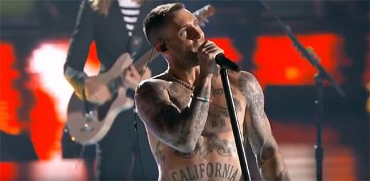 Maroon 5 při vystoupení na Super Bowlu 2019 nepomohl ani vysvlečený nátělník