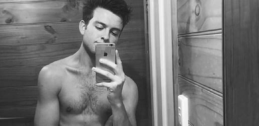 Instagram: 17 sexy fotek mladého herce Camerona Robbie, který podporuje LGBTQ komunitu a gay manželství