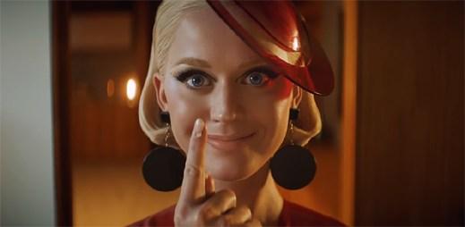 """Katy Perry jako fem-bot se pokouší zamilovat do muže v klipu """"365"""""""