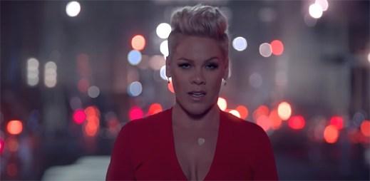 """Pink navzdory gravitace tančí v ulicích města v klipu """"Walk Me Home"""""""