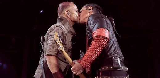 Členové skupiny Rammstein se políbili na vlastním koncertě v Rusku na protest proti homofobii