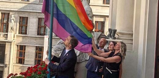 Praha je gay friendly! Poprvé v historii vlaje na pražském magistrátě duhová vlajka na podporu LGBT komunity