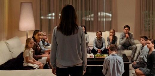 """Trailer k filmu """"Tiché doteky"""": Okolí ji ovlivnilo. Už neuznává nic z toho, co dříve považovala za správné a morální"""