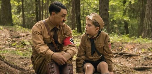 """Nový trailer k filmu """"Králíček JoJo"""": Dokud nezjistí, že jeho maminka ukrývá židovskou dívku"""