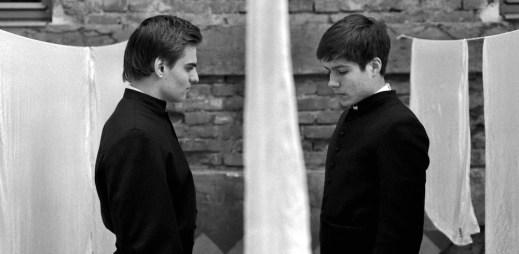 """Nový film """"Služebníci"""": Podlehnou dva mladí chlapci tomu, co se děje za zdmi katolické církve?"""