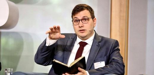 Pirát Jan Lipavský vyzývá premiéra Babiše k přijetí zákona o manželství pro gaye a lesby
