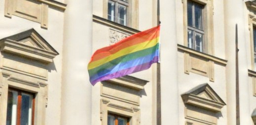 """Ministerstvo zahraničních věcí vyvěsilo duhovou vlajku. """"Respektujme práva osob s homosexuální orientací,"""" vyzývá"""