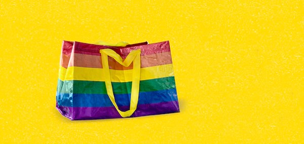 """IKEA podpořila gaye a lesby speciální duhovou taškou. """"Unese všechno, ale nesnese nenávist,"""" říká"""