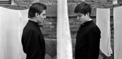 """Film """"Služebníci"""" představuje silný příběh dvou mladých chlapců v kněžském semináři"""