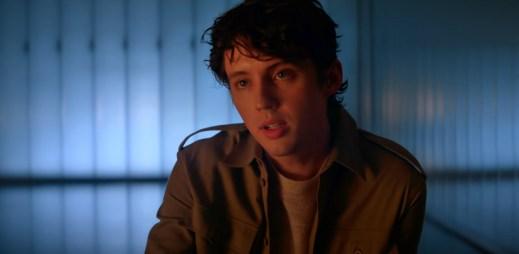 """""""Neopouštěj mě,"""" prosí svého přítele zamilovaný zpěvák Troye Sivan v novém klipu """"Easy"""""""